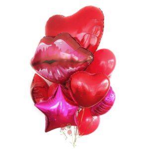 Композиция с большим сердцем и красными губами