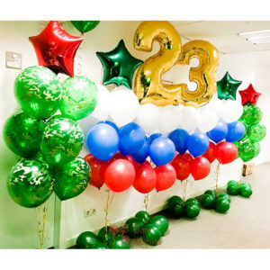 Оформление офиса камуфляжными шарами на 23 февраля с цифрами и фонтанами триколор