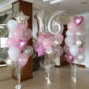 Композиции бело-розовых шаров с сердцами и звездами с сербряными цифрами