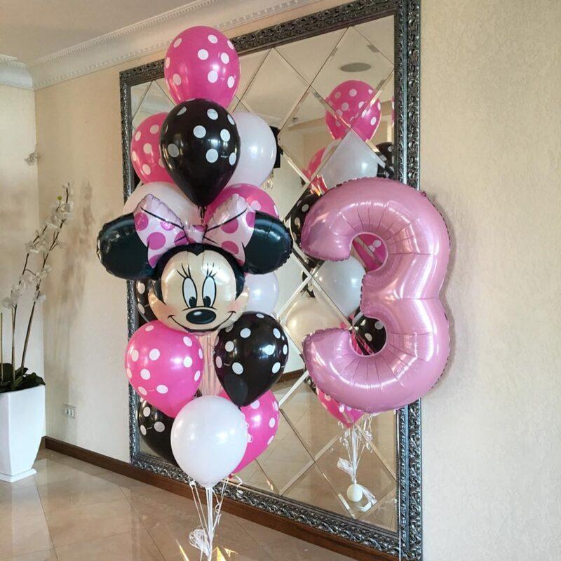 Композиция из бело-розовых и черных шаров в точку с минни маусом и цифрой