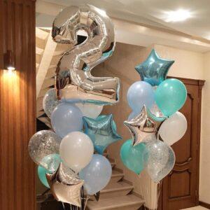 Композиция из белых мятных и голубых шаров с серебряной цифрой