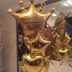 Композиция с золотой короной сердцами и звездами