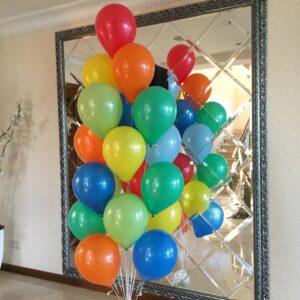 Композиция из ярких разноцветных шаров