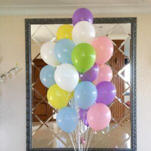 Композиция из разноцветных воздушных шаров