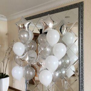 Композиция из белых серебряных и прозрачных шаров с серебряными конфетти со звездами