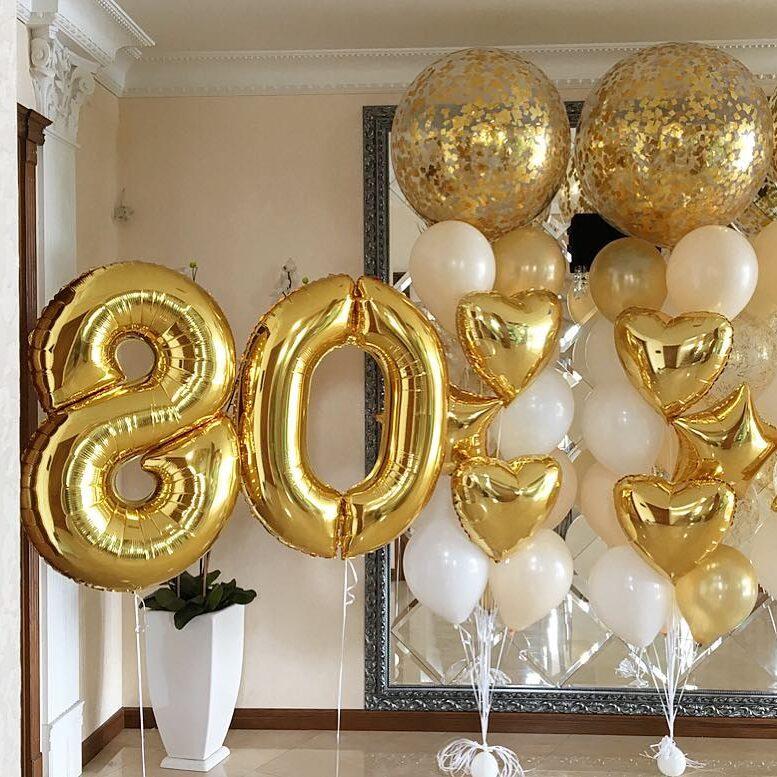 Композиция из бело-золотых шаров с цифрами, звездами, сердцами и большими шарами