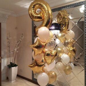 Композиция из белых и золотых шаров со звездами и цифрой