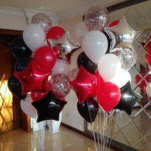 Композиция из белых, черных и красных шаров со звездами