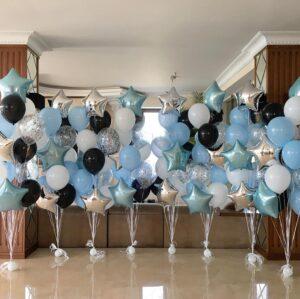 Композиции из белых, голубых и черных шаров со звездами