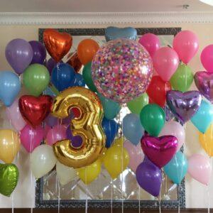 Композиция из разноцветных шаров с сердцами и большим шаром