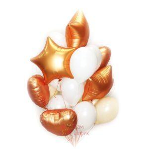 Композиция из бело-персиковых воздушных шаров с сатиновыми звездами и сердцами